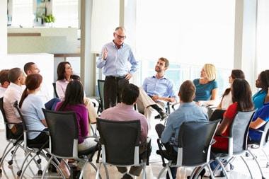 Führungskraft und Coach moderiert einen Workshop